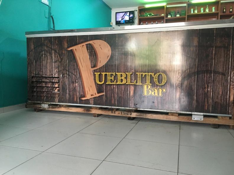 Diseño branding refrigerador – Pueblito Bar.