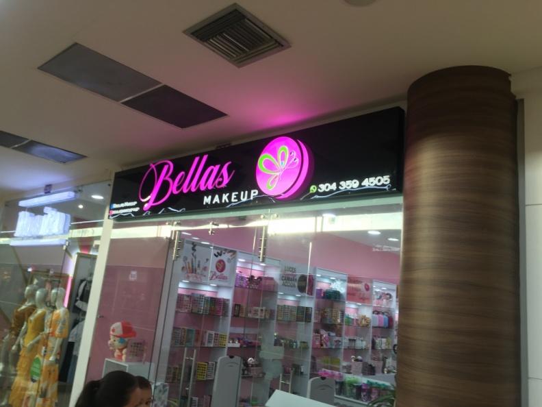 Aviso en Acrilico y Logo Redondo – Bellas MakeUP.